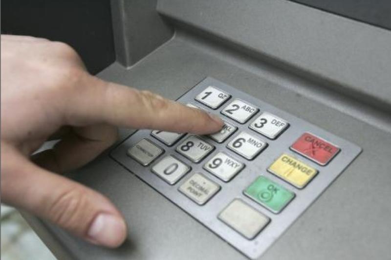 D.Britanijoje išsigryninti pinigų bus galima be banko kortelės