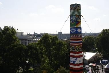 Vaikai iš kaladėlių pastatė rekordinio dydžio bokštą