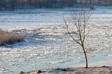 Atsargiai - ledas ant vandens telkinių dar netvirtas!