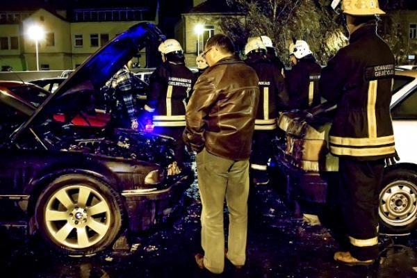 """""""Maximos"""" automobilių aikštelė skendėjo liepsnose"""