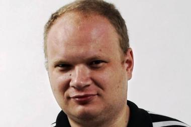 Sumuštas rusų žurnalistas O.Kašinas pradeda vaikščioti