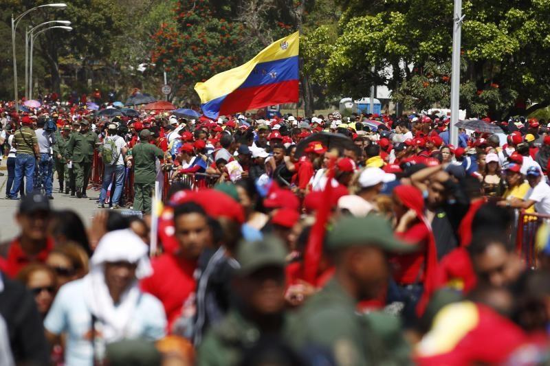 Minios venesueliečių plūsta atsisveikinti su H. Chavezu