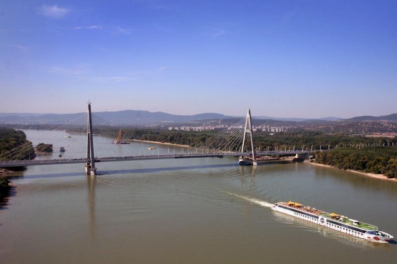 Norintiems išvengti spūsčių siūlo į darbą plaukti upe