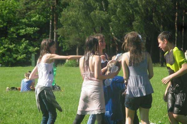 Vasaros karštį jaunimas malšino vandens karu