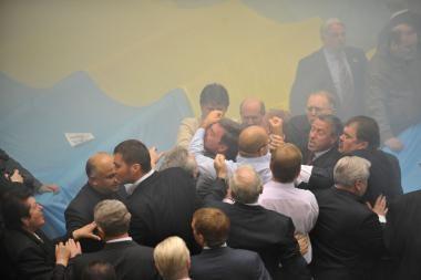 Ukrainos parlamentas paskendo dūmuose, kilo peštynės ir kiaušinių kruša