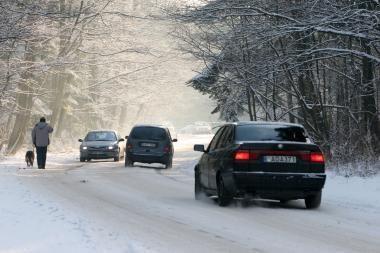 Kelių būklė: daug kur provėžota ir padengta prispaustu sniegu