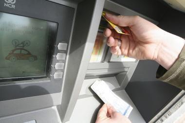 Pinigų įmokėjimo į bankomatus operacijų padaugėjo tris kartus