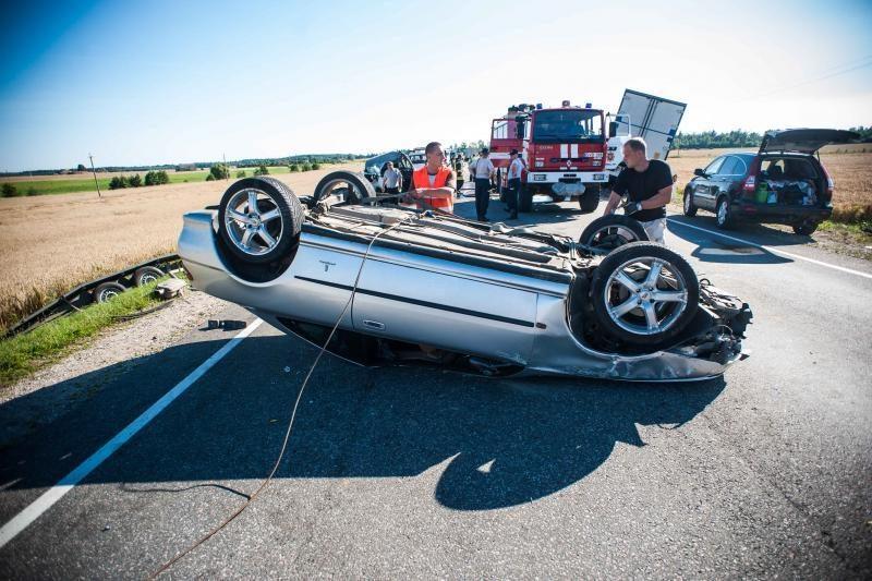 Karas keliuose: daugėja tragiškų avarijų miestuose