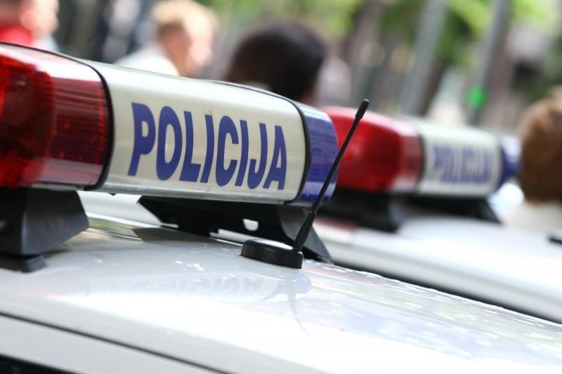 Panevėžio rajone apvirtus automobiliui nukentėjo du žmonės