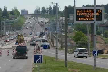 Pratęsti eismo ribojimai Lazdynų tiltu