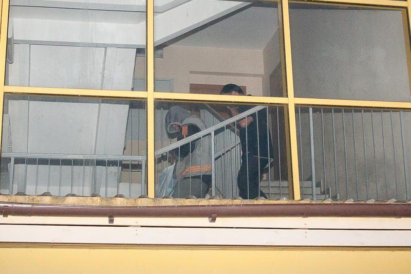 """""""Aro"""" kovotojai šturmavo """"Swedbank"""" susprogdinti grasinusio įtariamojo butą (papildyta)"""