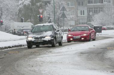 Keliuose – patižęs arba suledėjęs sniegas