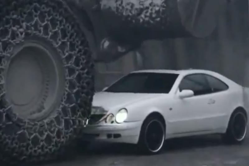 "Buldozeris ""užlipo"" ant ""Mercedes-Benz CLK"""