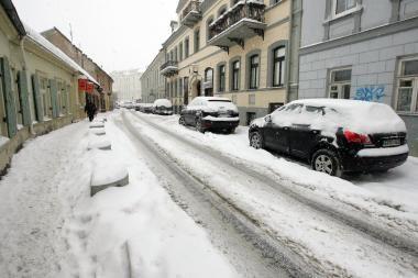 Kas peša naudą iš sniegu užversto miesto?