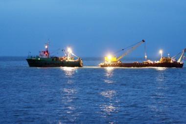 Netoli Palangos tilto įklimpo žvejų laivas