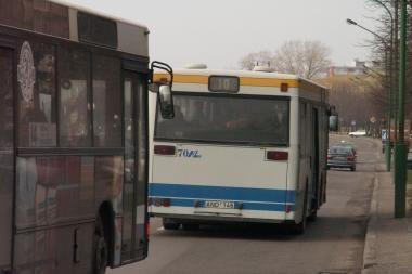 Po autobuso ratais moteriai lūžo koja