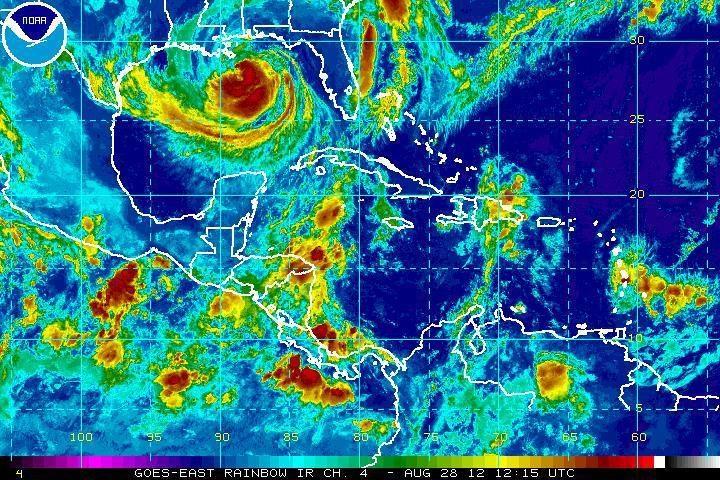 "Atogrąžų audra ""Isaac"" stiprėja ir virsta uraganu"