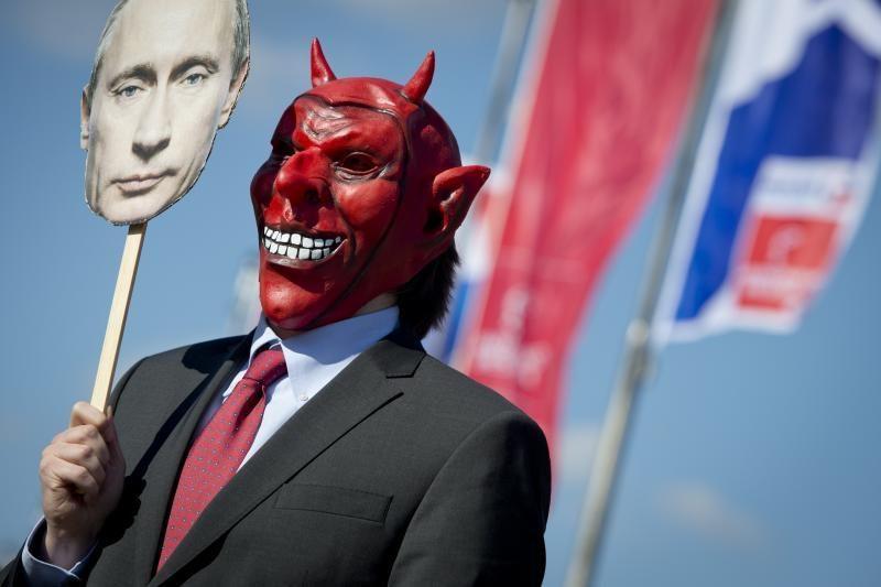 Krūtines apnuoginusios aktyvistės protestavo prieš V. Putino vizitą