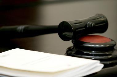 Aplaidžiu darbu kaltinto mediko byla dėl senaties termino nutraukta