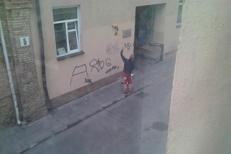 """Sostinė """"valosi"""" nuo grafiti užrašų"""