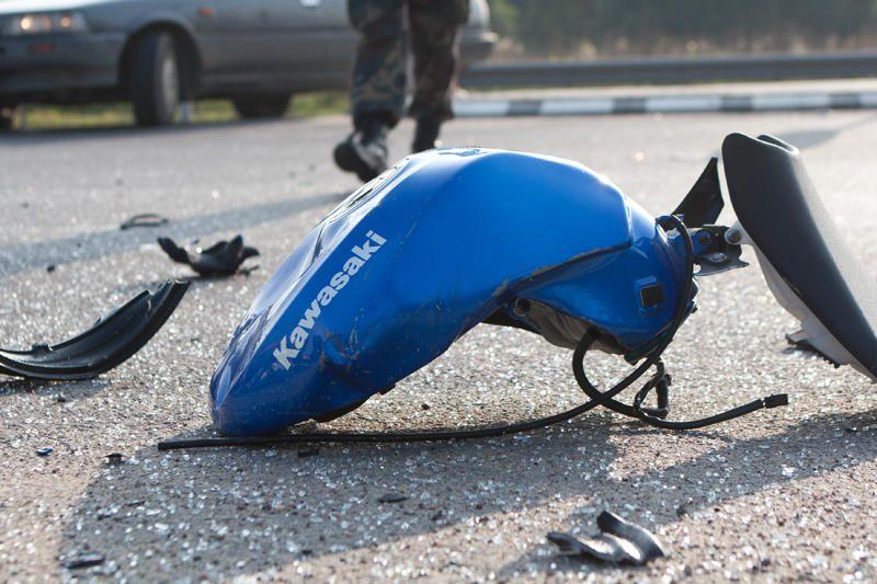 Atsakas nemandagiam motociklininkui – pasivažinėjimas ant kapoto