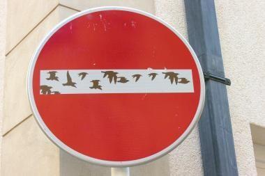 Kelio ženklų pažeidėjams graso sostinės valdžia