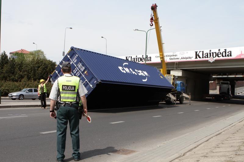 Klaipėdoje nuo važiuojančio vilkiko nuvirto konteineris