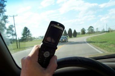 Sistema blokuos mobilųjį ryšį automobiliuose