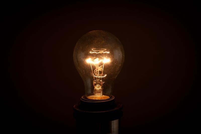 Trečdalis elektros vartotojų šviesą degina be reikalo