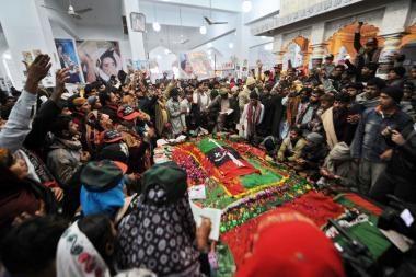 Pakistane pagerbiama nužudyta premjerė