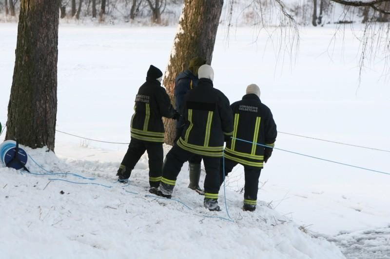 Įlūžus tvenkinio ledui Klaipėdos ugniagesiai gelbėjo vyrą