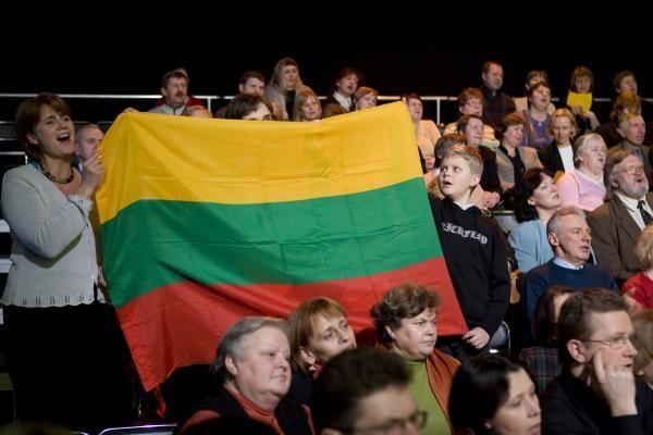 Vasario 16-ąją lietuviai švenčia su šeima ir draugais