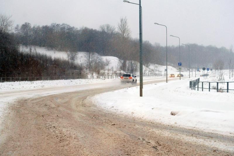 Vakarų Lietuvoje eismo sąlygos dėl sniego sudėtingos