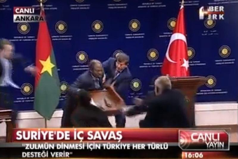 Burkina Faso užsienio reikalų ministras susmuko per konferenciją