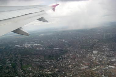 Dėl nežinomų priežasčių pilotai praskrido oro uostą