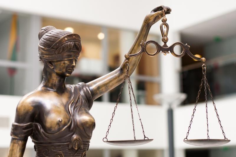 Prieš teismą stojo klastojimu įtariamas eksprokuroras A.Laurikėnas