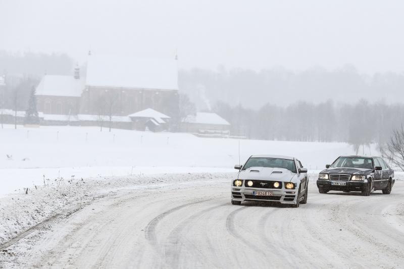 Dėl naktį iškritusio sniego – sudėtingos eismo sąlygos