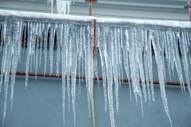 Žiema Klaipėdoje: varvekliai grasina pėstiesiems