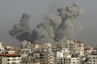 Izraelis tęsia operaciją sausumoje