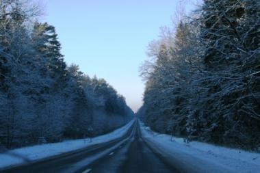 Sninga beveik visoje Lietuvoje, eismo sąlygos - sudėtingos