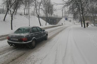 Kelių būklė: eismo sąlygos sudėtingos, keliai apledėję