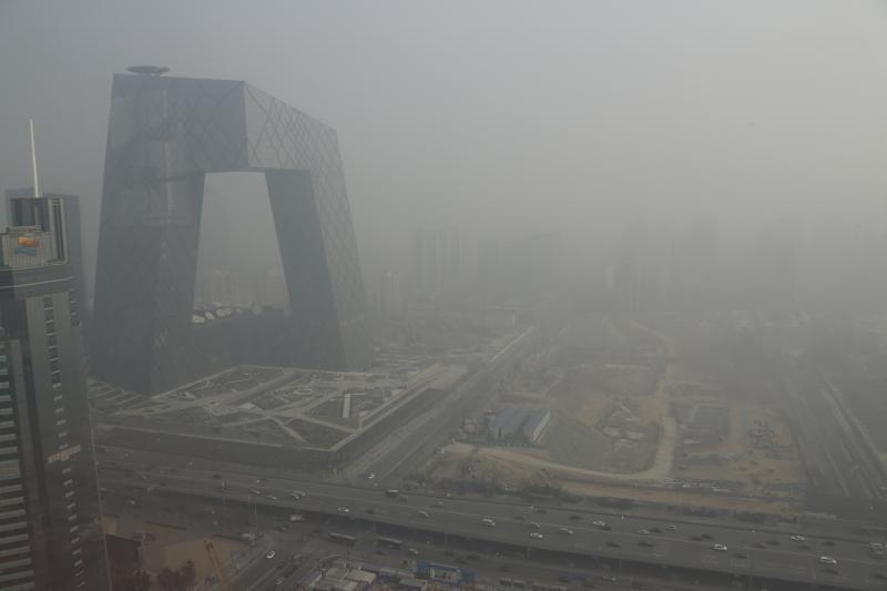 Pekiną užgulė tirštas smogas, gyventojai raginami likti namuose (foto)