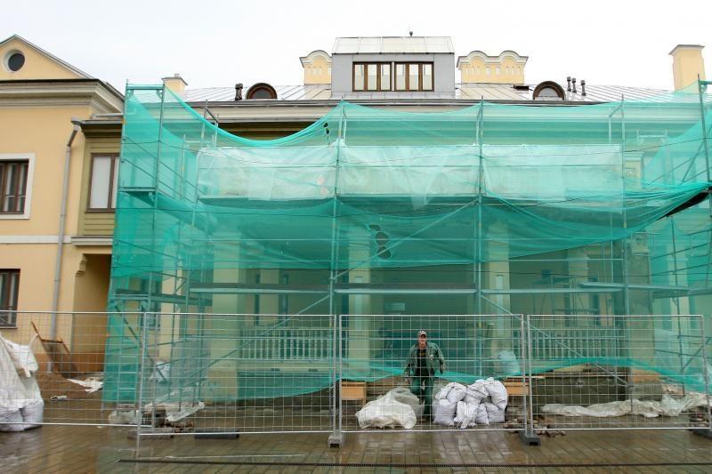 Istorinės prezidentūros balkonas nebenugrius ant galvos?