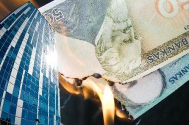 Krizė kerta per savivaldybės darbuotojų pinigines