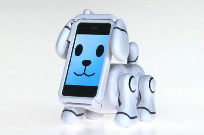 """Naujas geriausias žmogaus draugas – šuo-robotas su """"iPhone"""" snukučiu"""