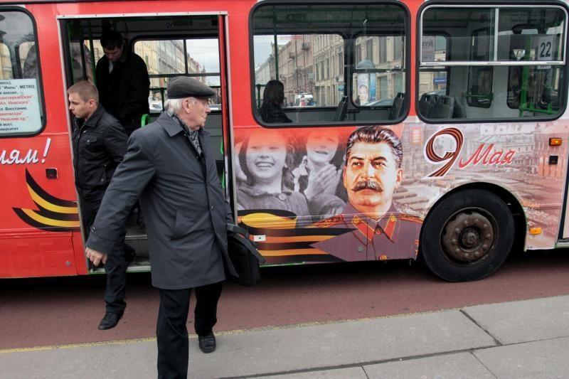 Rusijos gyventojai nepatenkinti autobusais su Stalino atvaizdu