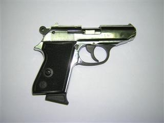 Į pareigūnus nukreipė pistoletą