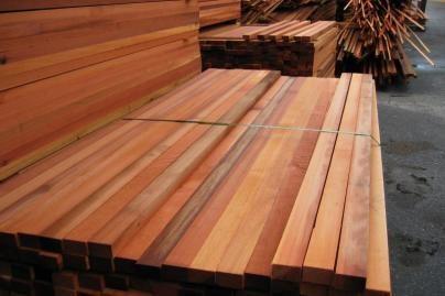 Pagavo ilgapirščius su medienos gaminiais