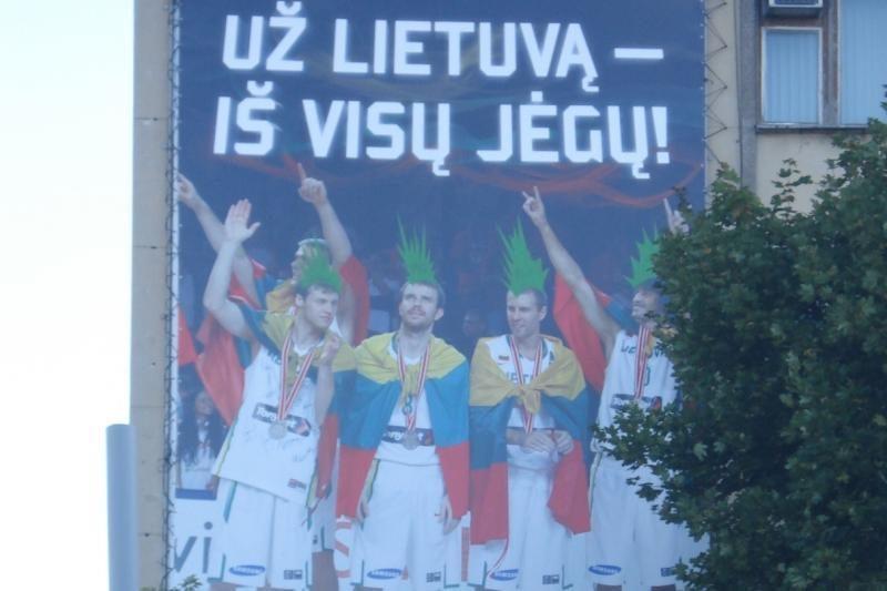 """Vilniuje """"pagražintas"""" Lietuvos krepšinio rinktinės plakatas"""