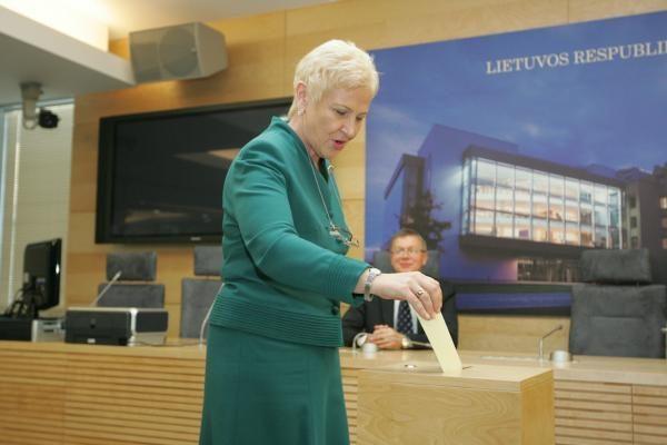 Iš L.Karaliaus Seimo nario mandatas atimtas, iš A.Sacharuko - ne